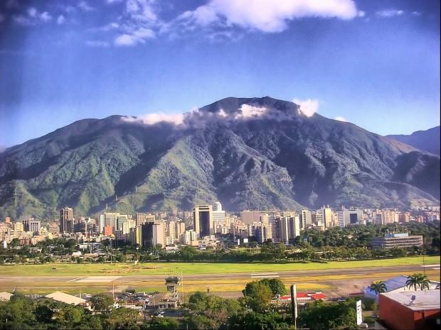 vista-del-cerro-c3a1vila-que-bordea-a-la-ciudad-de-caracas-y-el-estado-vargas